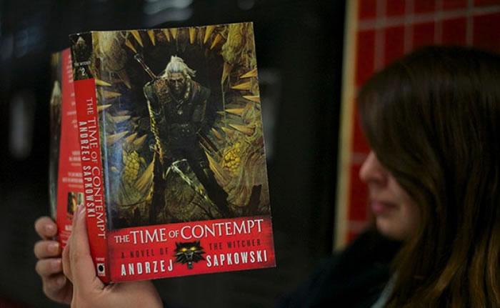 新版的《猎魔士》小说以电子游戏的主角造型为封面。