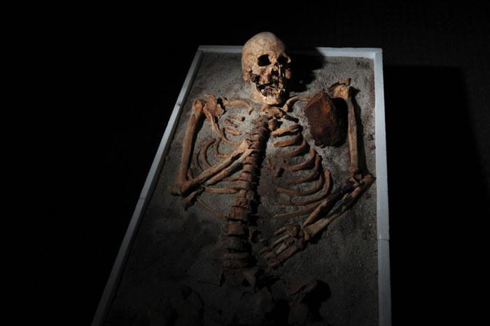 这具七百年前的骷髅于保加利亚的Sozopol出土。被发现时已经失去了牙齿,并且胸前被一只铁棍刺入。学者们怀疑村民们用这种方法来逃避吸血鬼──一种让欧洲人恐惧了数