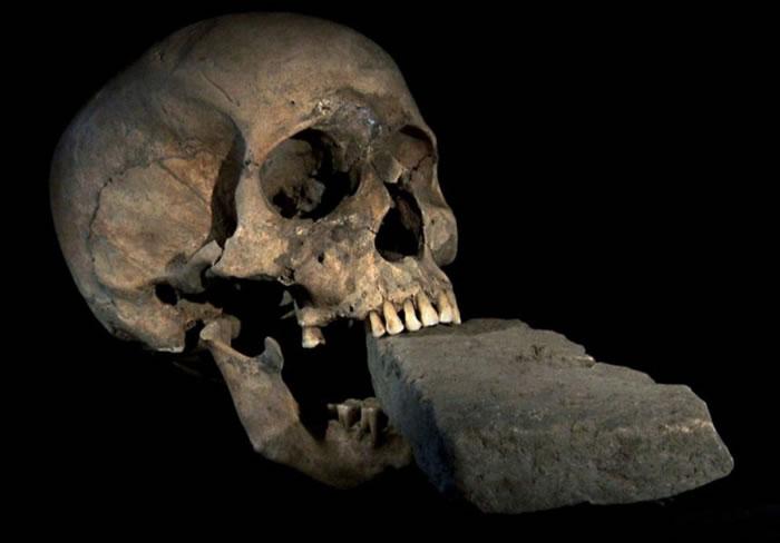 这颗十六世纪的威尼斯头骨,口中衔着一块砖头。这块砖头或许是用来防止死人爬出坟墓吃人。 PHOTOGRAPH COURTESY NATIONAL GEOGRAPH