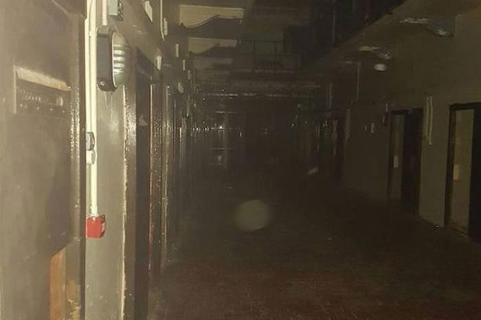 爱尔兰女大学生与男友参加万圣节探灵活动夜闯废弃监狱疑撞鬼
