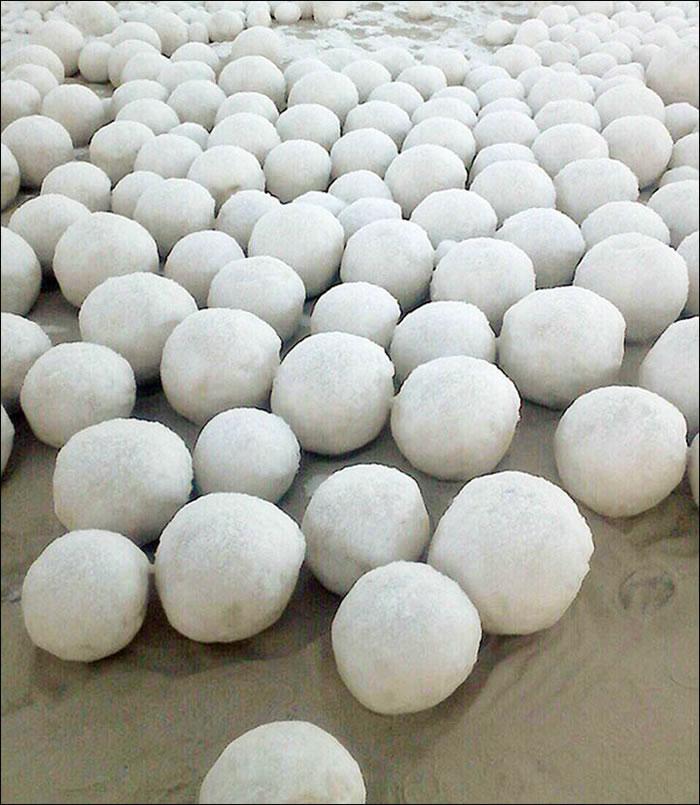 俄罗斯西伯利亚地区突然出现一大批神秘圆形雪球
