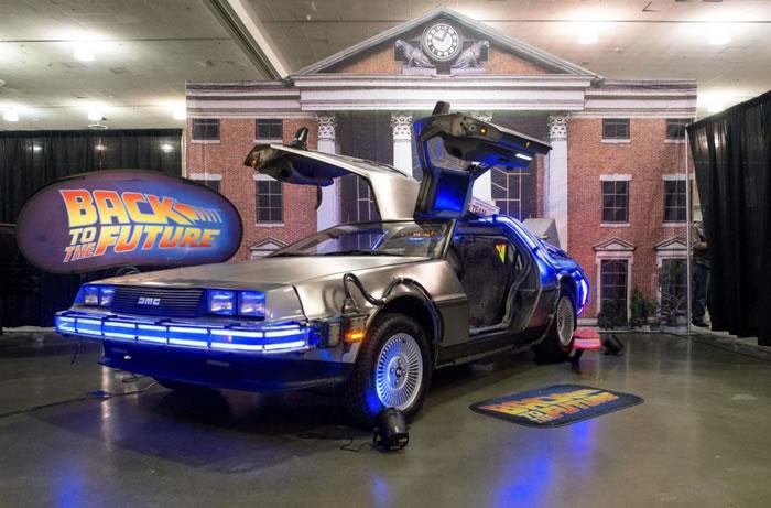 时间旅行是许多电影的主题,包括《回到未来》。美国矽谷漫画博览会上展出了这部电影的时光机复刻版:一辆DeLorean跑车。 PHOTOGRAPH BY JOSH