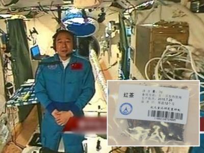 两名中国航天员首次在太空泡茶 景海鹏吃罐装蛋糕在太空过50岁生日