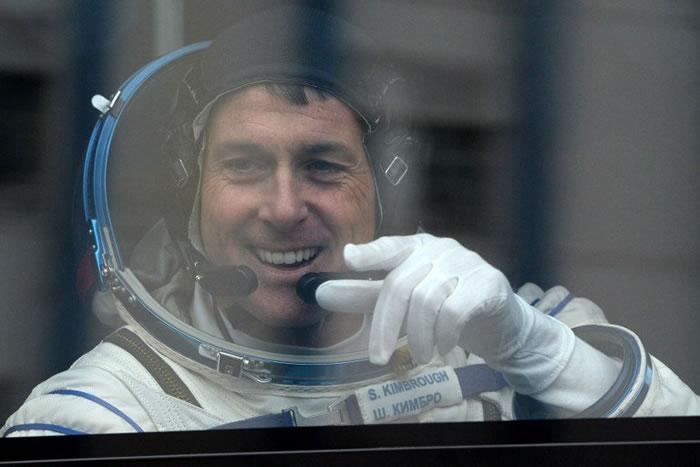 美国总统大选:国际太空站中的美国太空人Shane Kimbrough填写好选票传回地球