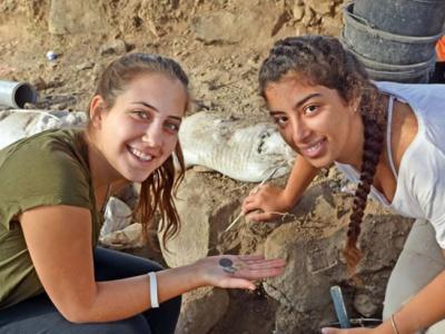 以色列学生考古之旅 意外掘出千年古币
