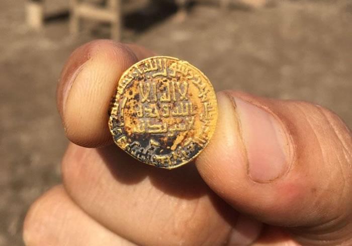 金币上印有阿拉伯文。