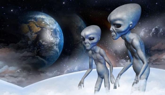 UFO发烧友相信外星人就在离地球不远的月球上中生活。