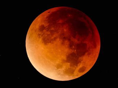 85年间距离地球最近的超级满月今天傍晚登场