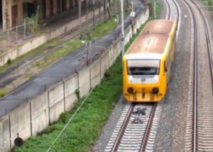 火车在青年上面掠过。