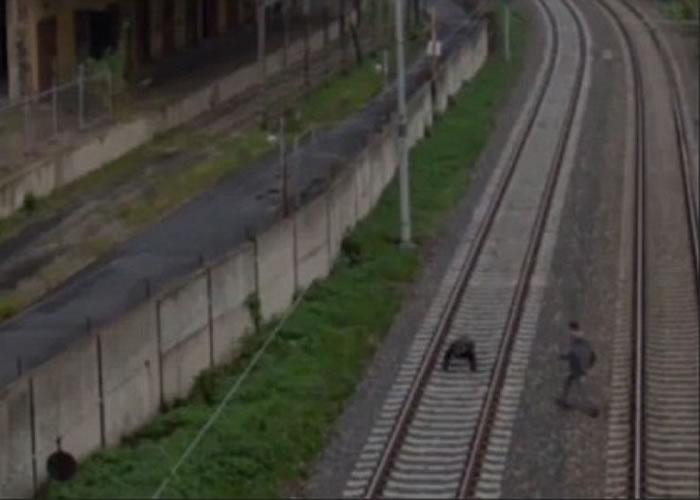 青年跑进路轨并躺下。