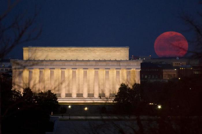美国太空总署摄影师因格斯(Bill Ingalls)最经典的影像之一,就是这张超级月亮在林肯纪念堂旁悄悄升起的画面。摄于2011年3月19日。 / Photog