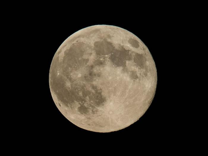 2014年8月10日,于华盛顿所见的超级月亮。超级月亮即满月行经近地点时,所见又大又亮的明月。 / Photograph by Bill Ingalls, NA