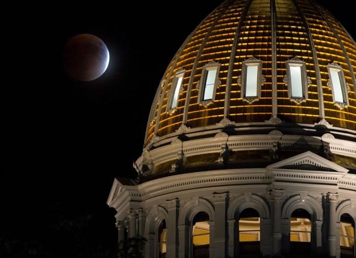 2015年9月27日月全食,科罗拉多州议会大厦后方的超级月亮。上次遇到超级月亮与月全食同时发生是1982年的事,当年错过的,就得等到2033年才看得到。 / P