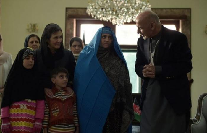 阿富汗总统艾哈迈德扎伊(右)在总统府会晤古拉(右二)和她的家人。