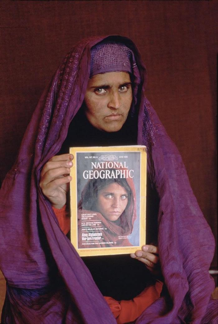 古拉手持《国家地理》1985年6月以她做封面的杂志。
