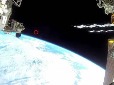 NASA掩盖UFO存在的证据?不明飞行物飞过国际空间站时被拍到后视频被中断