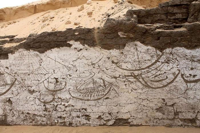 在阿拜多斯出土的船型墓室白壁上绘满古埃及舰队。三千八百年前此处埋了一艘木制送葬船。 PHOTOGRAPH COURTESY JOSEF WEGNER, UNIV