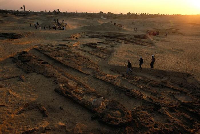 这些五千年前的木船是迄今发现最古老的木板工艺品。这些船队的排列就像在码头边停泊的位置,坐落在阿拜多斯第一王朝国王王陵旁的泥砖密室中。最近的研究发现,这种船墓的习