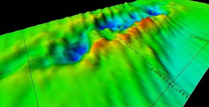 海底3D地图可见,曾是残骸原本所在的位置只留下大洞。