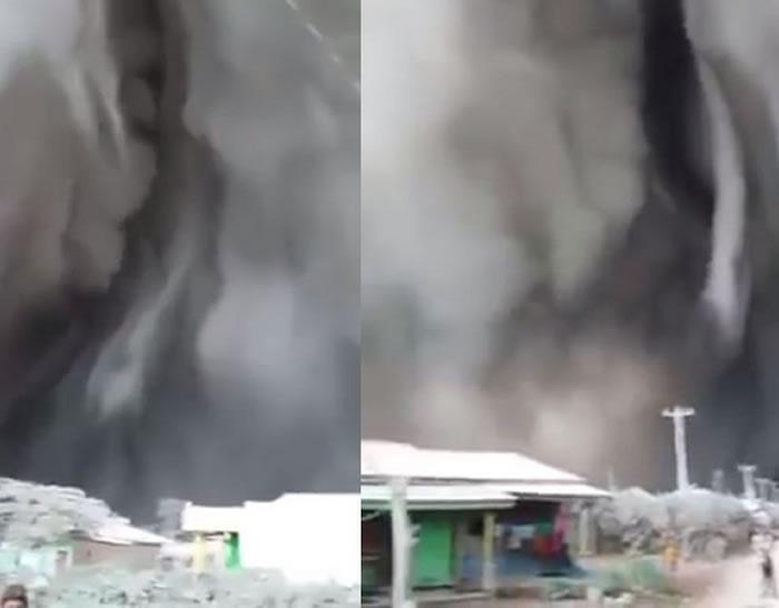 印尼北苏门答腊岛的锡纳朋火山喷发后 天际现裂痕宛如世界末日