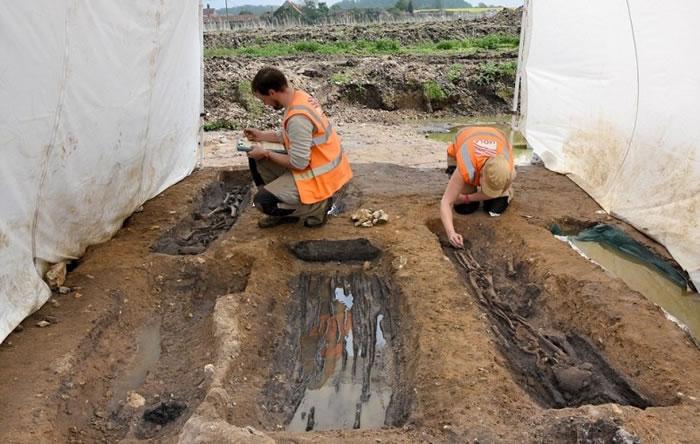 考古人员在场挖掘。