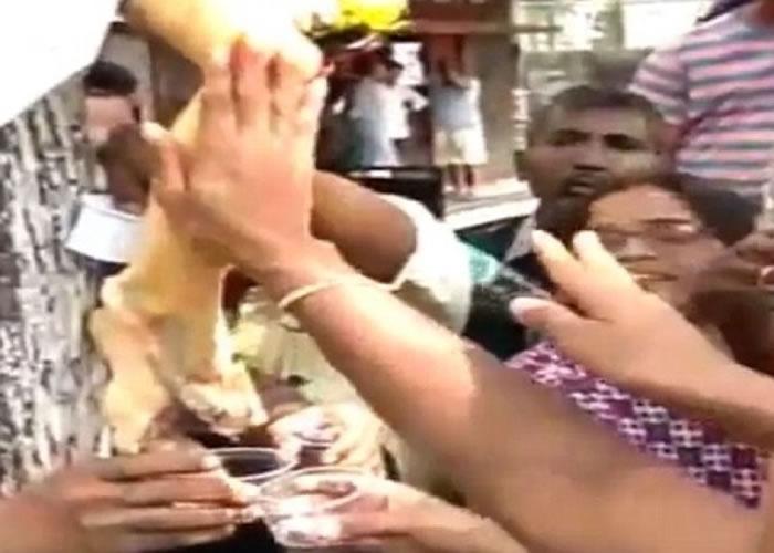 """印度孟买耶稣像现""""神迹"""" 信众蜂拥而至"""
