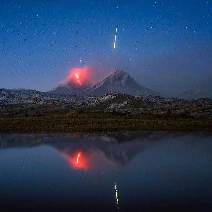 俄罗斯堪察加半岛的克柳切夫火山喷发巧遇流星划过天际