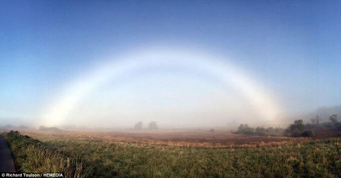 去年10月同样在苏格兰乡村拍摄到的白色彩虹