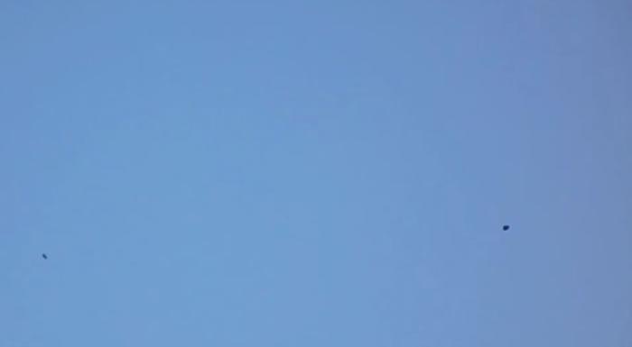 英国利物浦上空现疑似UFO,半空悬浮似气球