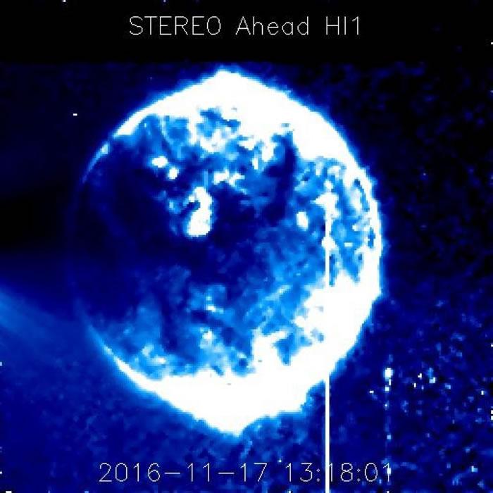 约翰逊上传的多张截图之一,称可以看到蓝色光球飞过。