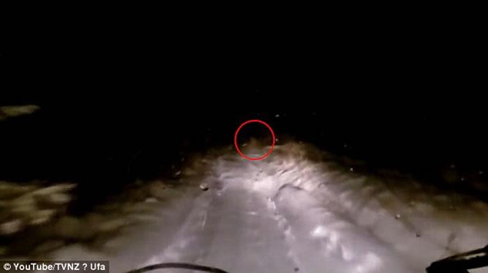"""行车纪录仪拍下了""""喜马拉雅山雪人""""出现的画面。"""