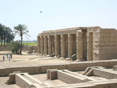 """考古队在埃及南部索哈杰省发掘出至少有7000年历史的""""第一王朝""""古城及墓地"""