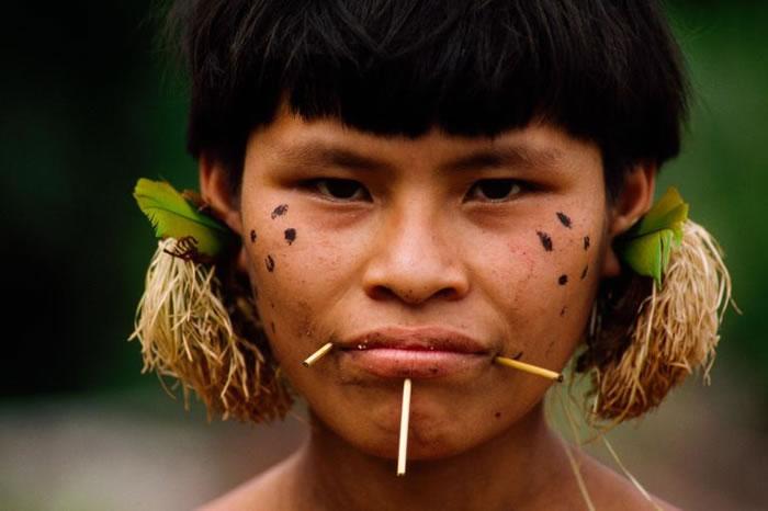 许多住在巴西亚诺玛米保护区的原住民和外面的世界保持着联系。 PHOTOGRAPH BY MICHAEL NICHOLS, NATIONAL GEOGRAPHIC