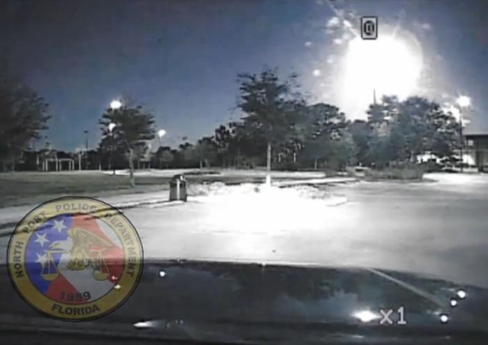 警车行车纪录仪拍摄到流星解体爆破的一刻。