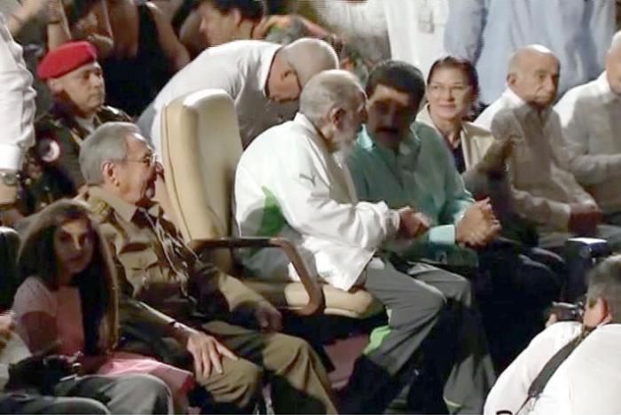 卡斯特罗(白衫中)在哈瓦那庆祝90大寿。