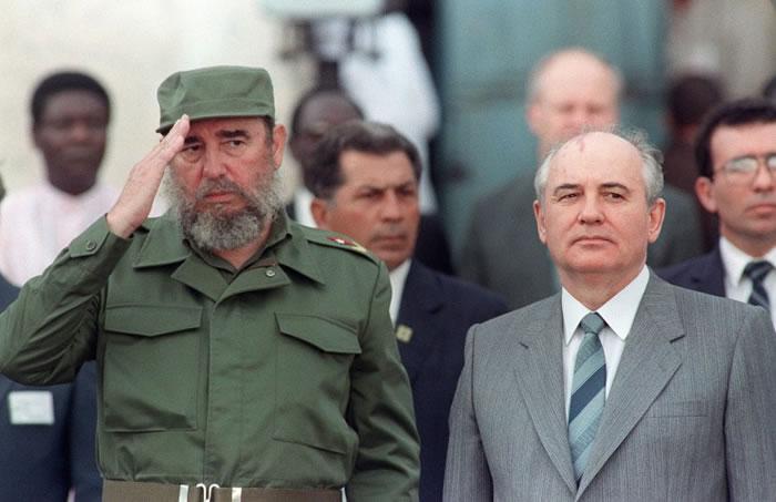 1989年4月,卡斯特罗(左)以古巴共党总书记的身份,接待到访的苏共领袖戈尔巴乔夫(右)。