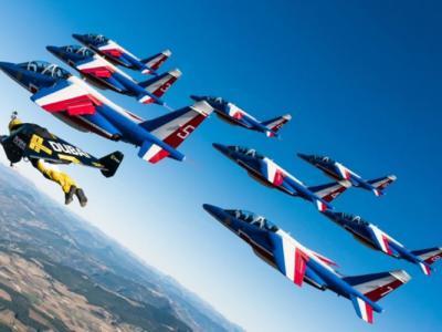 """瑞士""""火箭人""""罗西(Yves Rossy)与法国飞行表演队近距离飞行"""