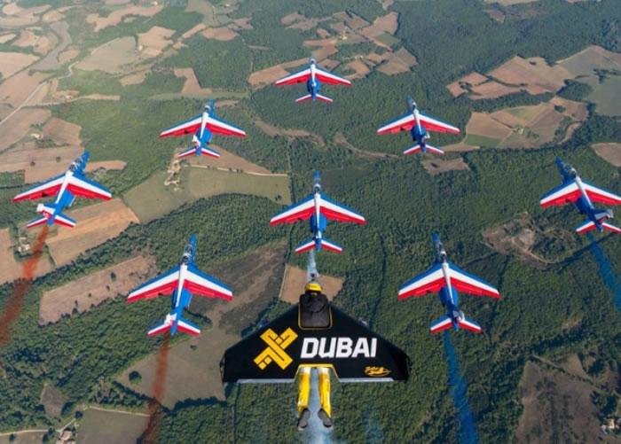 罗西与飞机排出队形。