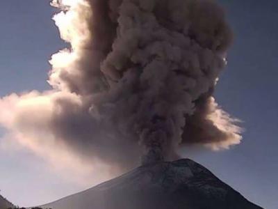 墨西哥波波卡特佩特火山(Popocatepetl)上周五爆发