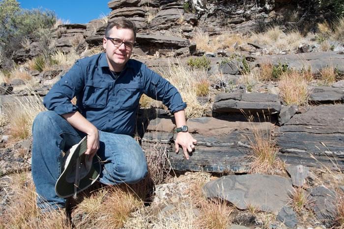 南非约翰内斯堡大学学者安德鲁·卡扎加和同事在即将出版的美国地质学会《地质学》杂志12月号上,描述了他们找到的新证据。(神秘的地球uux.cn配图 Credit: