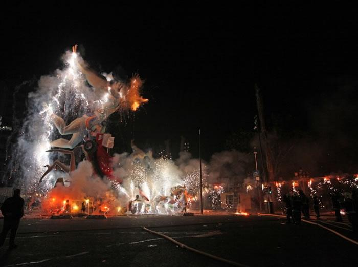 """西班牙""""火祭节""""会放大量炮竹及烟花。"""