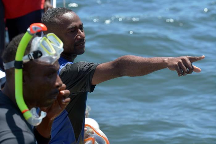 穆罕默德会检查珊瑚及其他海洋生物的数量。