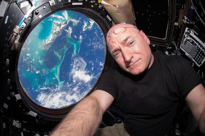 2015年七月,NASA太空人史考特.凯利(Scott Kelly)漂浮在国际太空站的窗户旁。凯利在太空站上待满了一年,借以观察长期处于太空中对人体造成的影响。