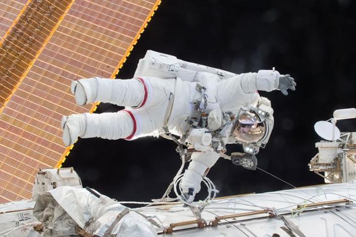 NASA太空人史考特.凱利在去年十二月時在太空漫步。PHOTOGRAPH BY NASA/GETTY