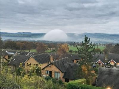 英国威尔斯北部出现白色半球体罕见景象:雾圆顶