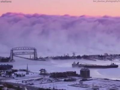 """美国明尼苏达州的杜鲁斯港出现罕见""""雾墙"""""""