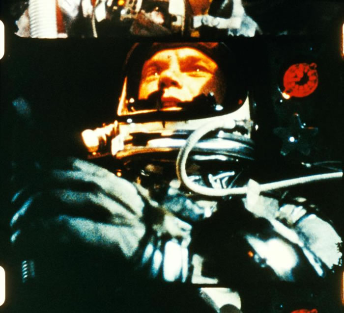1962年葛伦在轨道飞行,以接近每秒八公里的速度在外太空绕行地球。除了研究地图,他还用特殊仪器直视太阳。 PHOTOGRAPH COURTESY NASA