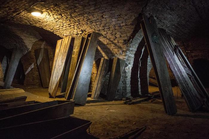 上百年前以松树和橡树所造的棺材静置着。有些棺材纪载了死亡的符号、插图、以及死亡日期。 PHOTOGRAPH BY KIRIL CACHOVSKIJ, DELFI