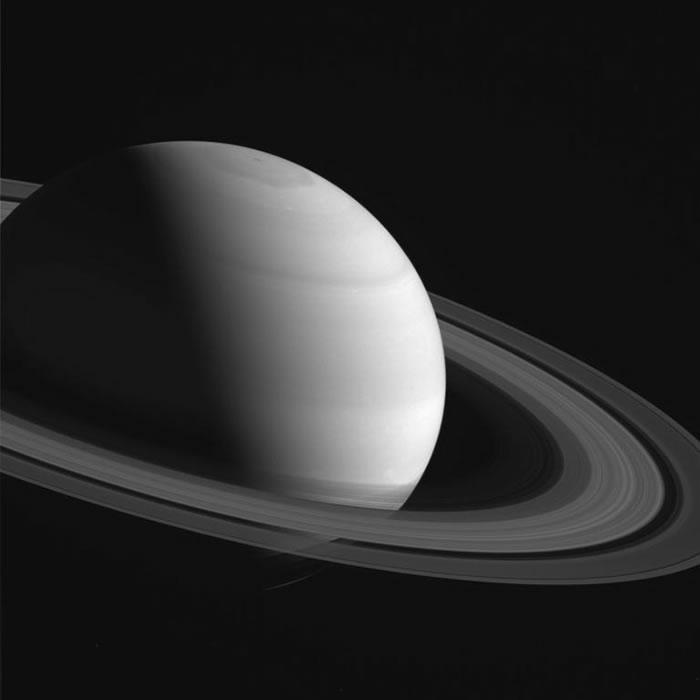 从这张卡西尼号所拍摄的照片中,可以看到土星最著名的土星环,和让科学家伤透脑筋的北极六角型喷流。 PHOTOGRAPH BY NASA/JPL-CALTECH/S