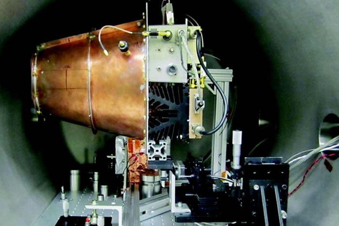 NASA实验室中的电磁推进器原型机。 PHOTOGRAPH COURTESY AIAA